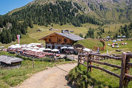 Vorbei an der Hinteregg-Hütte