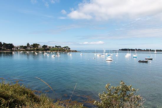 Überall kleine Buchten und ankernde Boote